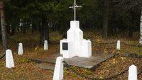 Памятник ссыльным на кладбище в пос. Эжва. Установлен 1990 г. Авторы Ю.Сабатаускас и С.Стульпинас