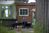 Супруги Вокуевы перед бывшим домом лагерного врача
