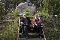 Анатолий Смилингис с женой Людмилой Королевой у мемориального камня